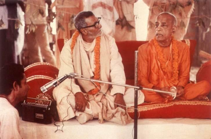 SrilaBhakti Raksaka Sridhara Gosvami Maharaja em encontro com seu querido irmão espiritual, Bhaktivendanta Swami Prabhupada