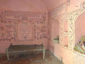 Um dos cômodos da casa de Srimati Radhika, hoje com várias orações escritas na parede