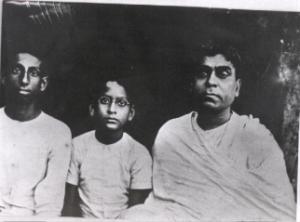Bhaktivinoda Thakura à direita, e no meio seu querido filho, Bimala Prasada