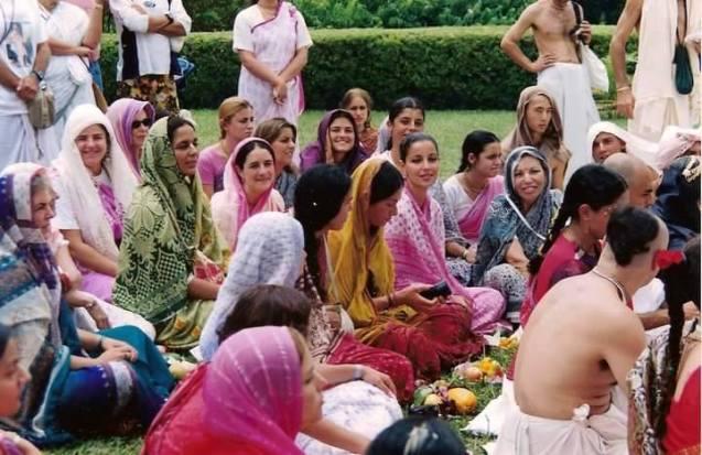 Devotos em cerimônia de iniciação e harikatha com Srila Gurudeva na ocasião do Aparecimento de Nityananda Prabhu, Teresópolis, Brasil, em 14 de fevereiro de 2003.