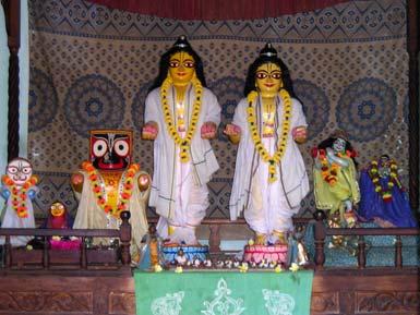 Deidades de Nitai e Goura adoradas por Vrindavana Dasa em Mamagachi.