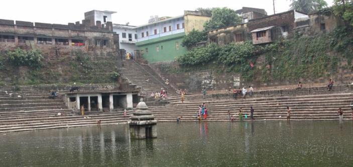 """Ela estava determinada em sua mente e estava a caminho, quando à meia-noite teve uma visão: """"Oh, o Ganges está vindo!"""" Havia uma corrente muito pesada rugindo, e como que por mágica, ela repentinamente encontrara-se no Ganges, onde milhões de pessoas estavam se banhando! A corrente do Ganges levou-a para o templo do Senhor Jagannatha, e então ele entrou e tocou os pés de Jagannatha!"""