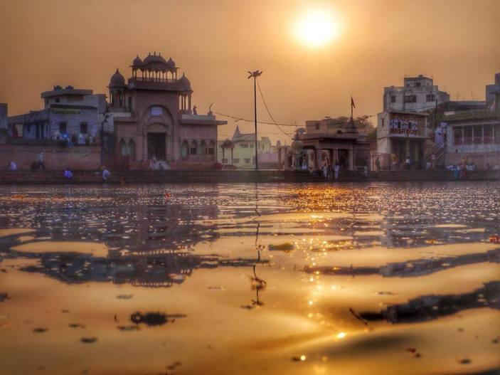 """Quando ela tinha 25 anos de idade, seu gurudeva lhe disse: """"É hora de você ir para o Radha-Kunda, para o local de Srila Raghunatha dasa Gosvami, e fazer bhajana como ele. E leve essa boa senhora devota com você."""" Durante os 25 anos seguintes, Saci devi manteve-se na ordem renunciada, fazendo madhukari (esmolando) e de alguma forma mantendo sua vida. Não havia nenhum problema quanto à sua manutenção, e portanto ela costumava realizar bhajana dia e noite. Ela não dormia, nem mesmo à noite."""