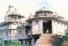 Sri Sri Krsna Balaram Mandir sendo construído em 1989-1990.
