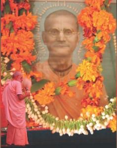 Srila Gurudeva adorando Srila Bhakti Prajnana Kesava Gosvami Maharaja