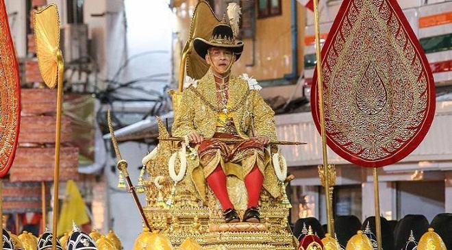महा वाजिरालोंगकोर्न ने थाईलैंड के नए राजा के रूप में शपथ ग्रहण कर लिया है. ताजपोशी के उपरांत उनका जुलूस निकला जिसे लोगों ने तोपों की सलामी के बीच काफी अनुशासन से देखा.