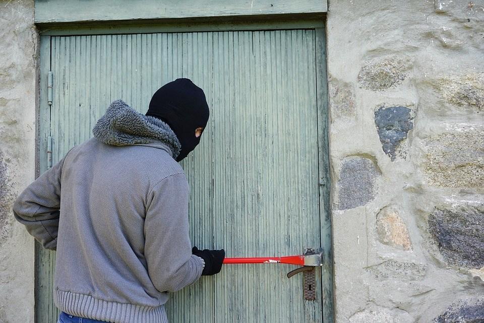 घर लुटेपछि चोरले लिपिस्टिकले लेखे, 'भाउजु निकै राम्री हुनुहुन्छ'