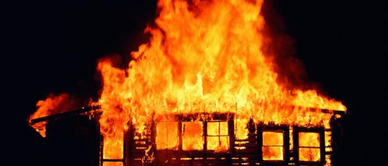 घरभित्र आगो लगायर , आफु छतमा