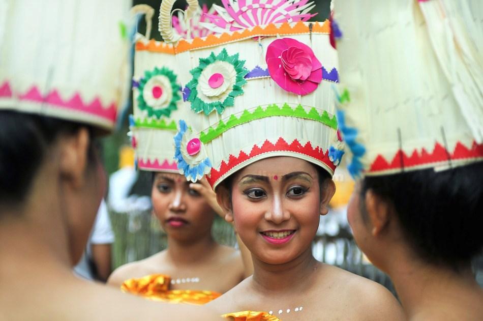 Seorang penari Tari Rejang sedang bercengkrama dengan temannya selepas pentas Pujawali. Pujawali diadakan di Pura Agung Jagatkartta, Bogor, Jawa Barat.