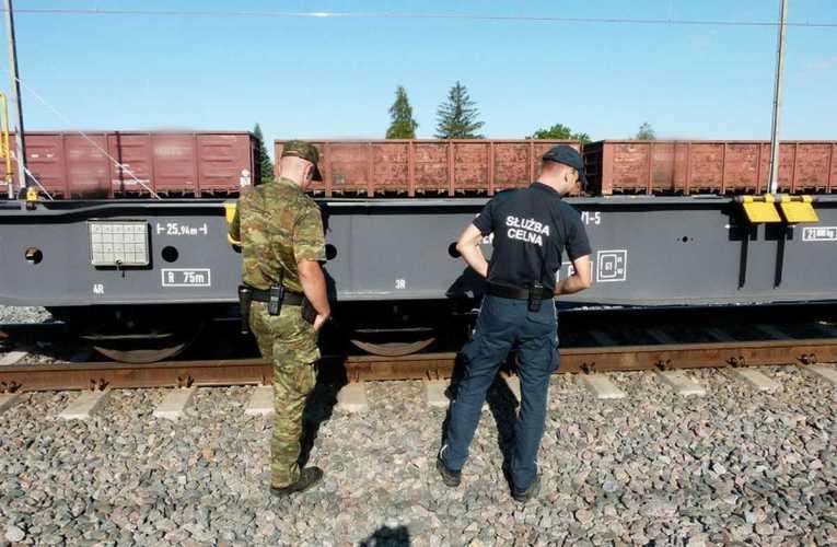 Papierosy zza wschodniej granicy ukryto w tunelu pod platformą wagonu towarowego