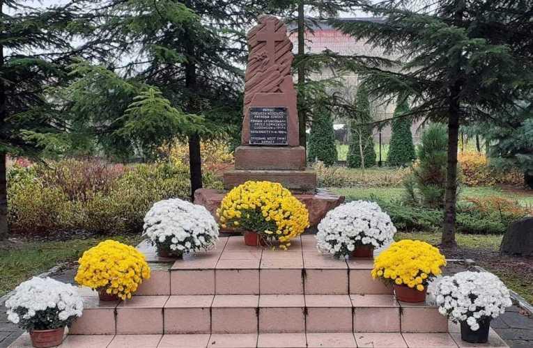 W gminie Łomazy przekazano chryzantemy