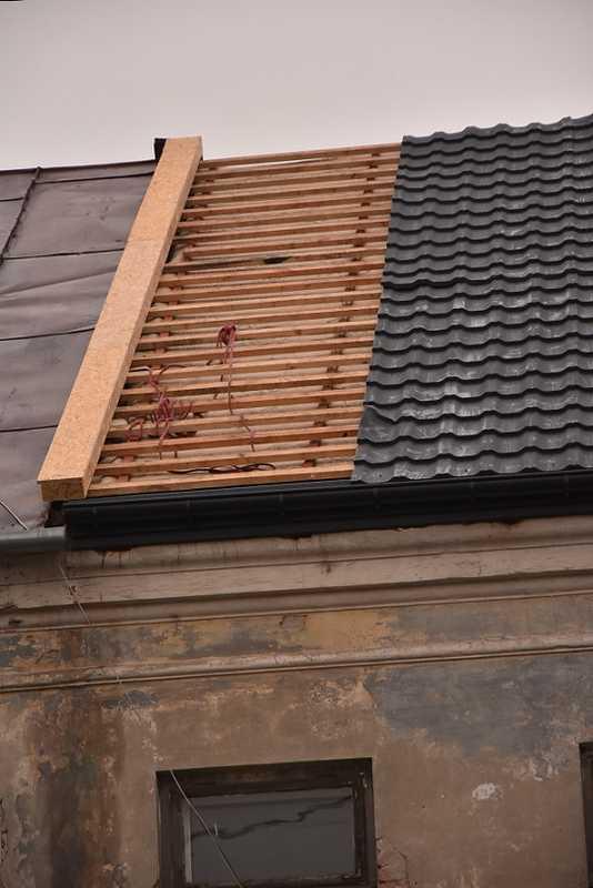 Pracujący na dachu kamienicy mężczyzna spadł z wysokości kilku metrów