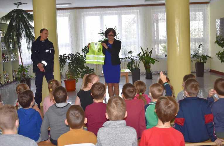 Odblaskowe kamizelki dla uczniów szkół funkcjonujących w gminie Łomazy