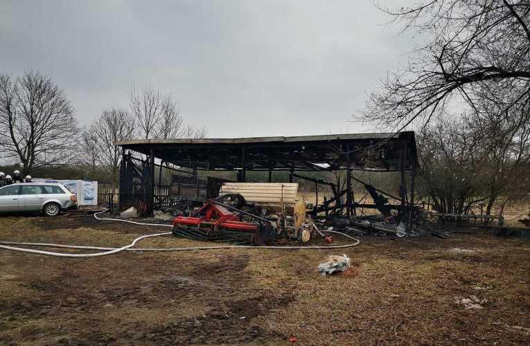 Pożar wiaty garażowej ze sprzętem rolniczym
