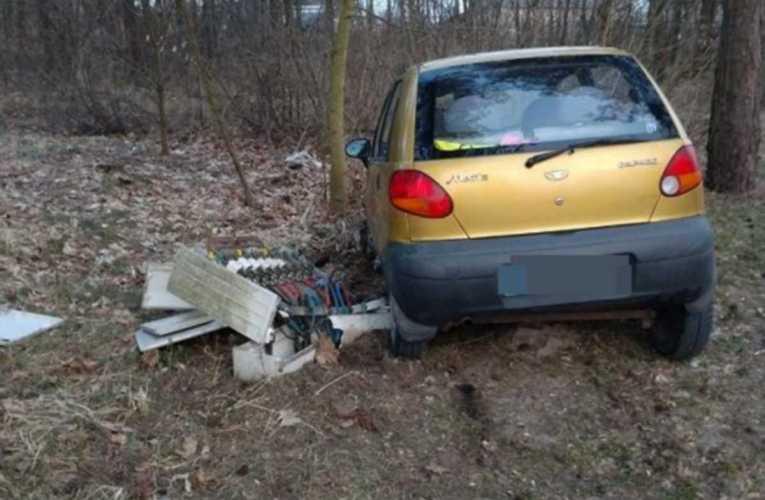 Kierowca matiza uderzył w skrzynkę elektryczną