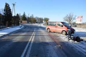 na łuku drogi zderzył się z jadącym z przeciwka motorowerzystą