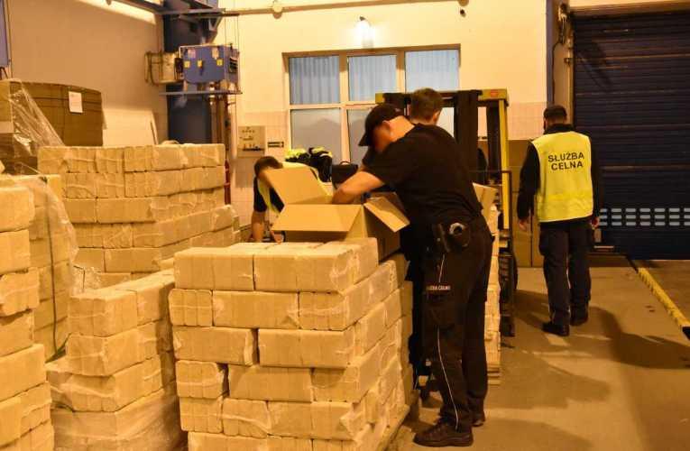 Ponad 27,7 tys. paczek papierosów ujawnili funkcjonariusze KAS w Koroszczynie