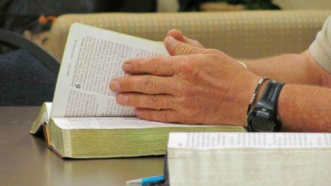 Bibbia,leggere,pregare,culto,cristiano