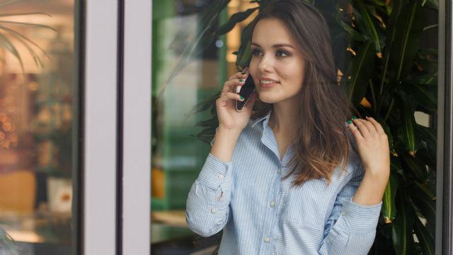 una ragazza sta telefonando