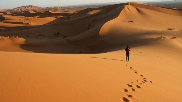 Persone che cammina nel deserto