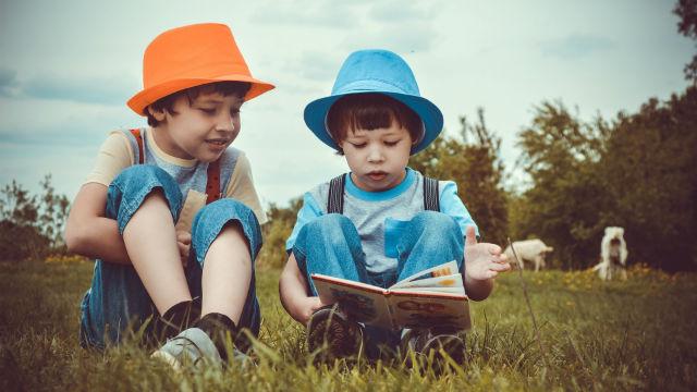 due bambini leggono la bibbia insieme