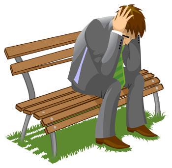 Trauriger Mann sitz auf Bank