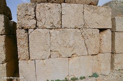 Nemrut Dag, East Terrace, inscripción en griego en la parte posterior de las estatuas