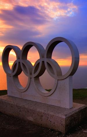 Scultura in marmo all'alba, sono rappresentati i cinque cerchi simbolo delle olimpiadi.
