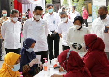Mensos Juliari P Batubara bersama Wali Kota Surabaya Tri Rismaharini saat melaunching bansos beras untuk KPM PKH di Kantor Kecamatan Gayungan, Surabaya, Rabu (7/10/2020) /dok. kemensos