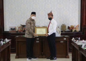 Penyerahan penghargaan kepada Kajari Surabaya, Anton Delianto /Ist