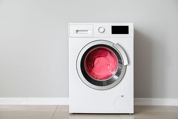 стиральная машинка стирает красный исполняющий