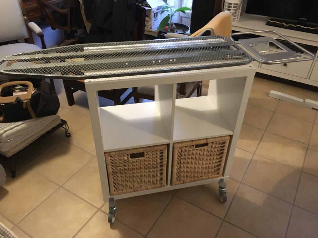 Un Meuble Table Repasser Sur Roulettes