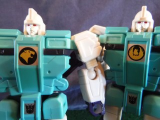 Toys Review - LG61 Decepticon Clones: Pounce & Wingspan