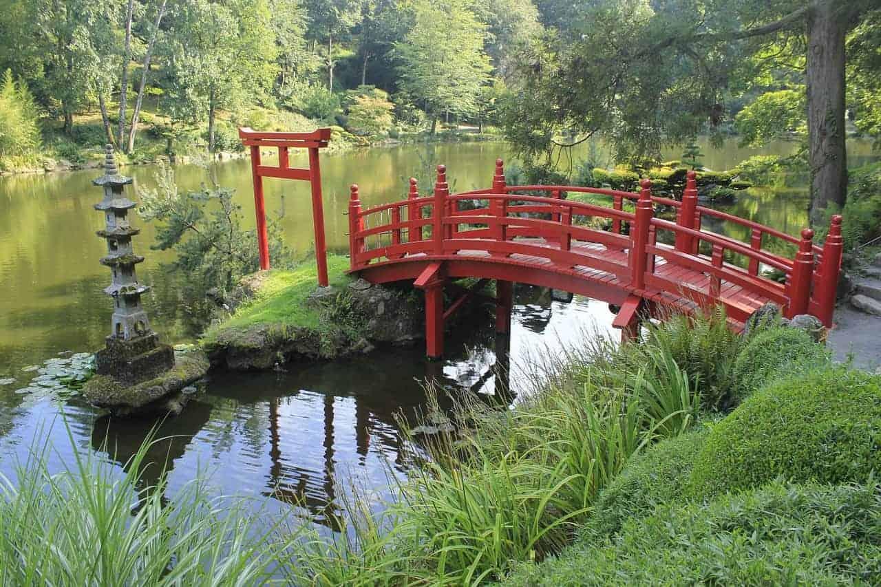 puente rojo japonés en el jardín