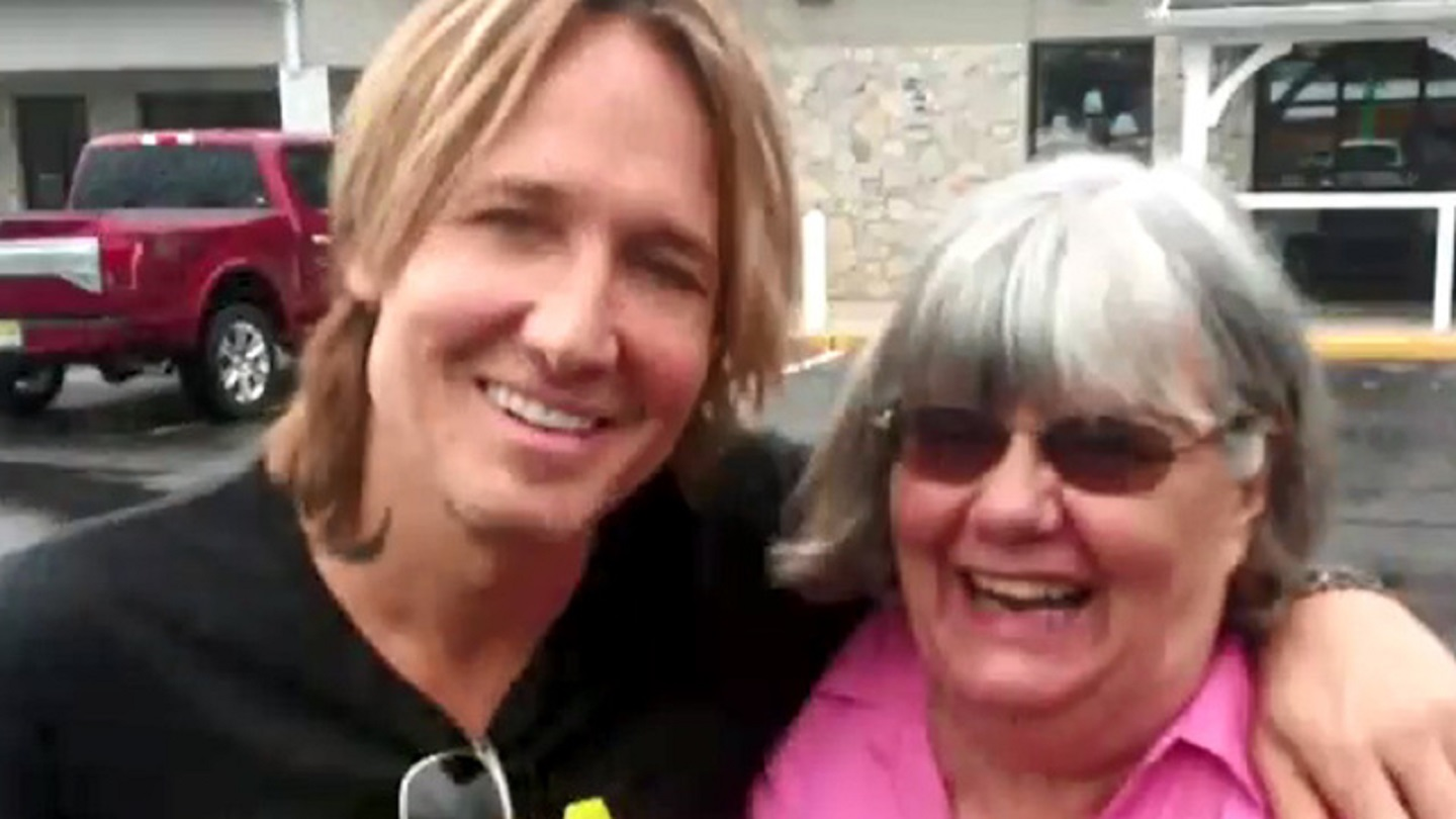 Woman_unknowingly_helps_Keith_Urban_at_g_0_50936230_ver1.0_640_360_1533676230935.jpg