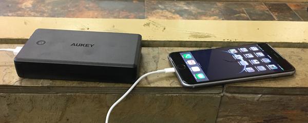 30000 mAh aukey charging iphone