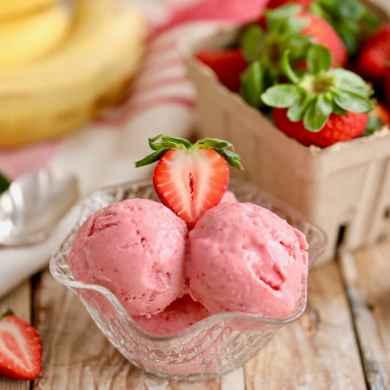 Strawberry Banana Frozen Yogurt in 5 Minutes (No Machine)