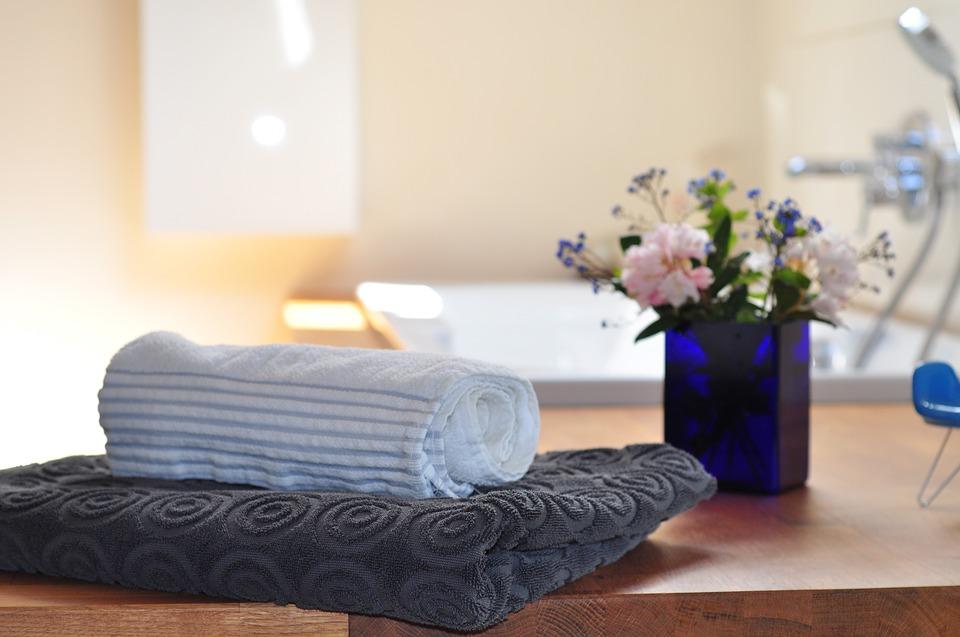 la serviette contre les poils dans le lavabo