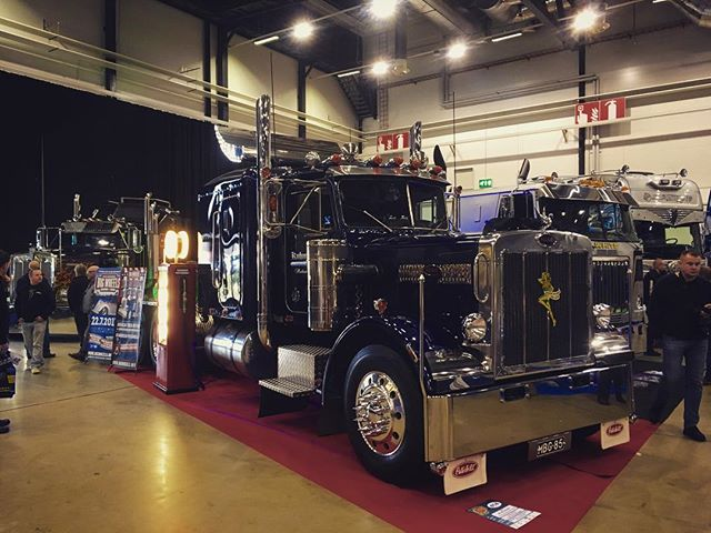 Hot Rod & Rock Showssa Tampereella myös jenkkirekkoja, jenkkirekkaosastolta myös Big Wheels -esitteet ja jenkkirekka-aiheiset postikortit! Big Wheels big rig round-up also at the HRRS Tampere. Free trucker postcards available!