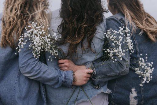 vriendinnen omarmd, laten leidden door de Heilige Geest.
