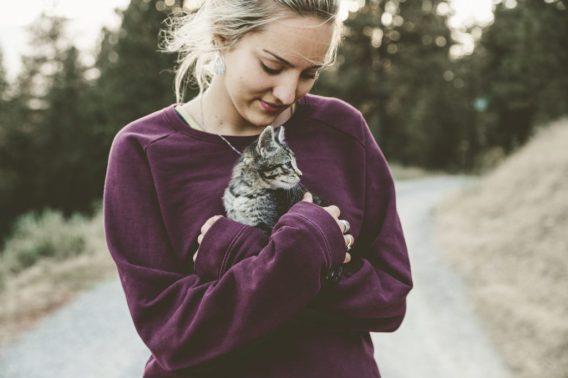 vrouw met kitten