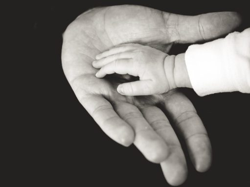 Vader en kind hand in hand, volwassendoop