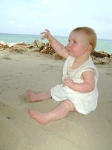 Elisa op het strand; op de achtergrond de Indische Oceaan