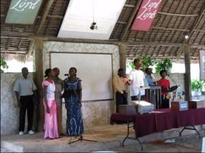 de meeste liederen die we zongen gingen alsvolgt: de voorzanger zingt eerst een regel en de gemeente herhaalt dan dezelfde woorden. Op deze manier is het ook heel makkelijk om nieuwe liederen aan te leren.