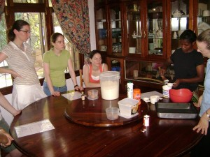 de dames leren een chocholade-taart maken