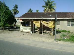 Een van de vele winkeltjes langs de weg waar je wat te eten of te drinken kunt halen.