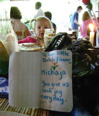 Michaja kreeg ook een klein kadootje van Shona en Lyndy, en een leuk kaartje: 'Voor onze kleine Nederlandse bloem, Michaja, je geeft ons elke dag zoveel plezier!'