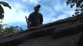 Een van de bewakers op het dak van onze banda om hem te zoeken