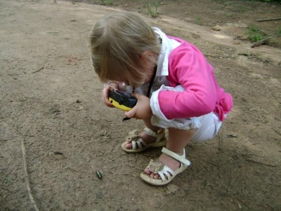En ons kleine natuurfotograafje (van wie zou ze dat toch hebben?)