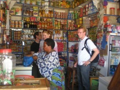 Winkelen bij 'Mama Minho'; altijd een verrassing wat je vindt en wat het kost.